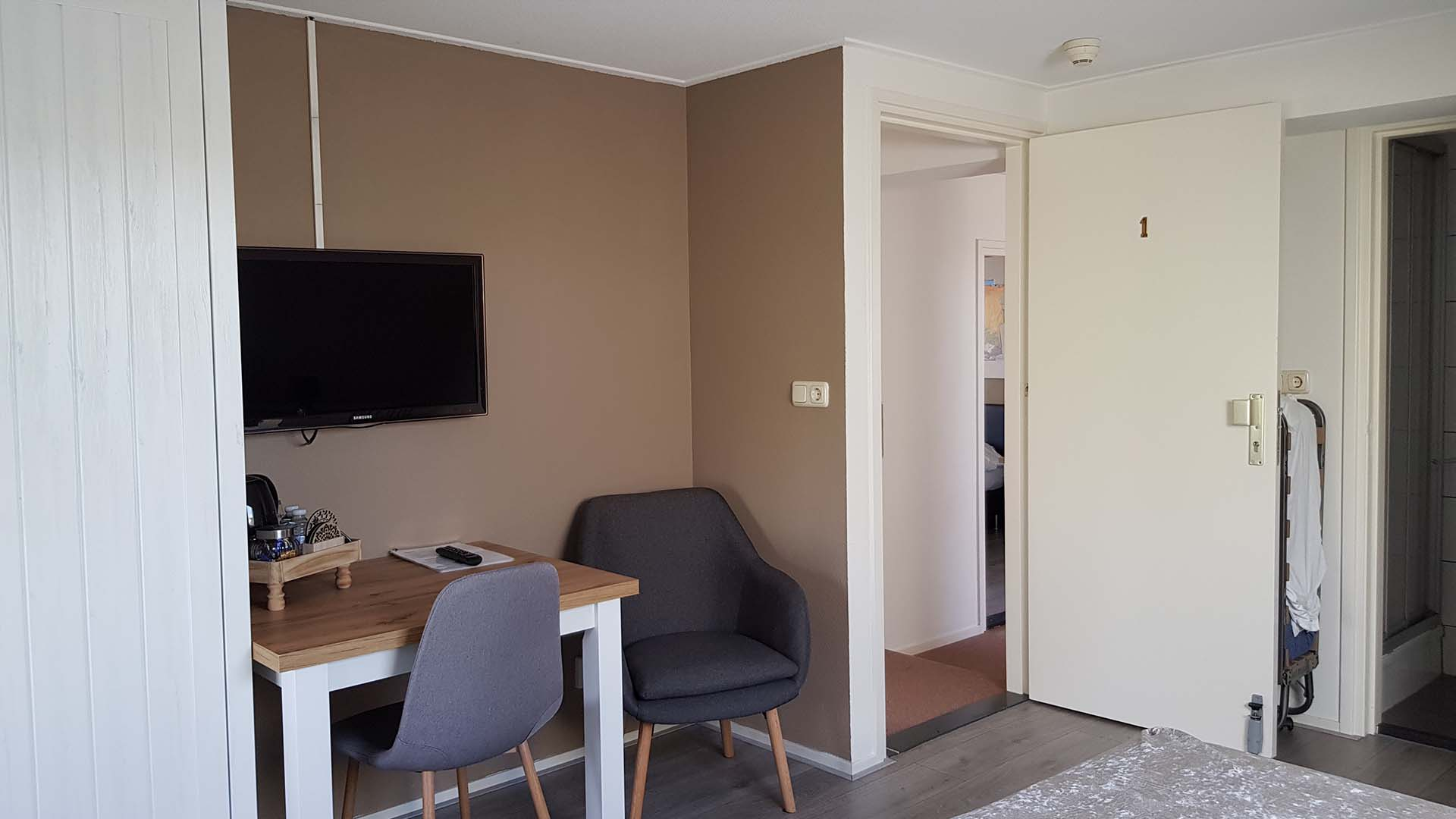 kamer 1 bureau en televisie B&B Plompetorenzicht Burg-Haamstede Zeeland